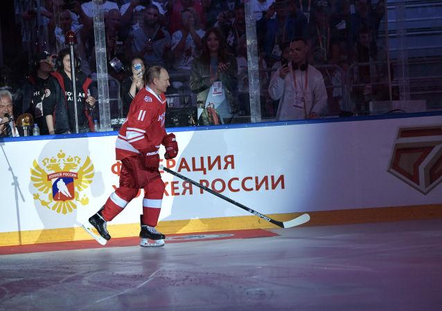 الرئيس الروسي فلاديمير بوتين، في المبارة الاحتفالية لـرابطة الهوكي الليلية التي جرت في قصر الجليد بولشوي في سوتشي، روسيا 10 مايو/ أيار 2018