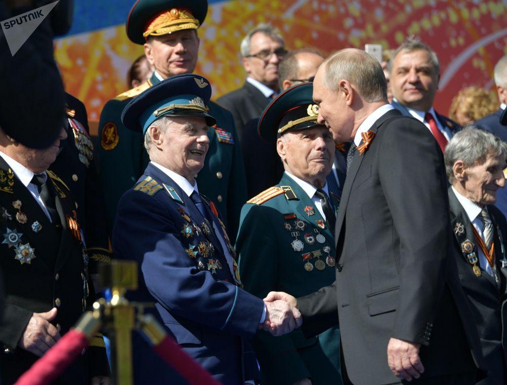 الرئيس فلاديمير بوتين يحي المحاربين القدامى، الذين شاركوا في الحرب الوطنية العظمى (1941-1945) قبل بدء مراسم الاحتفال بعيد النصر على الساحة الحمراء، 9 مايو/ أيار 2018