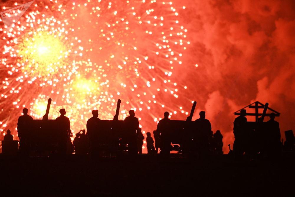 ألعاب نارية بمناسبة عيد النصر - الذكرى الـ 73 للانتصار على قوات ألمانيا النازية في الحرب الوطنية العظمى (1941 - 1945) في موسكو