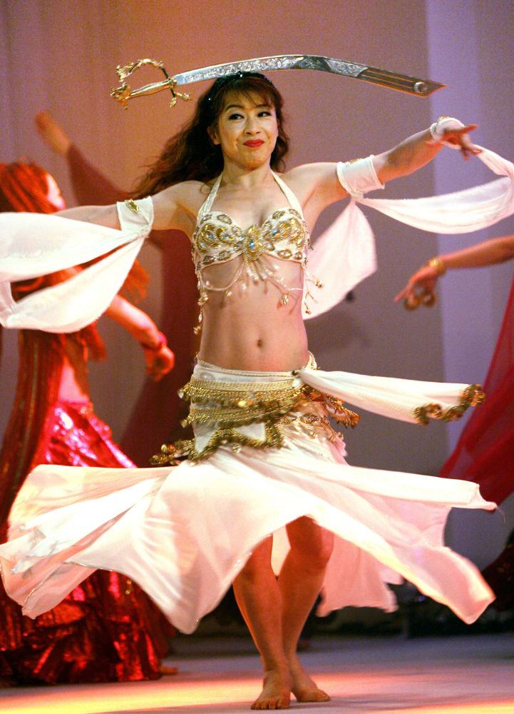 الراقصة اليابانية، كايو أوكي (Kayou Aoki)، في حفل لمؤتمر فيلم ياباني تانكا في طوكيو، اليابان 22 مايو/ أيار 2006