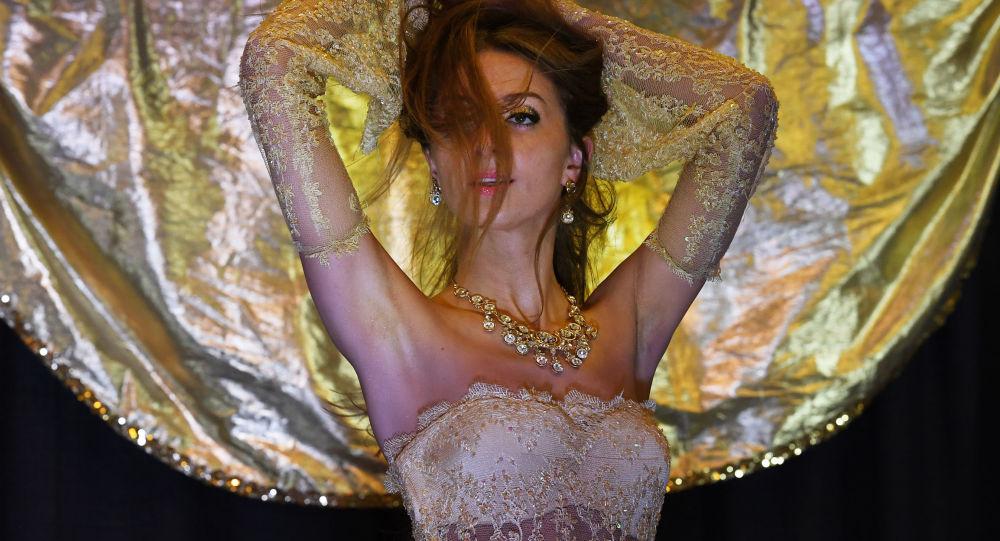 الراقصة البولندية زاينا خلال مسابقة الرقص الشرقي لعام 2017 في لونغ بيتش، كاليفورنيا، الولايات المتحدة 19 فبراير/ شباط 2017