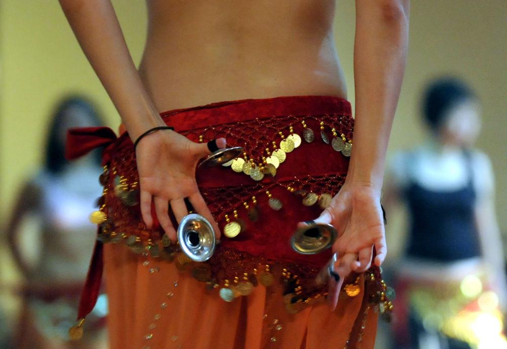 درس في الرقص الشرقي في جاكارتا، إندونيسيا 2 أغسطس/ آب 2008