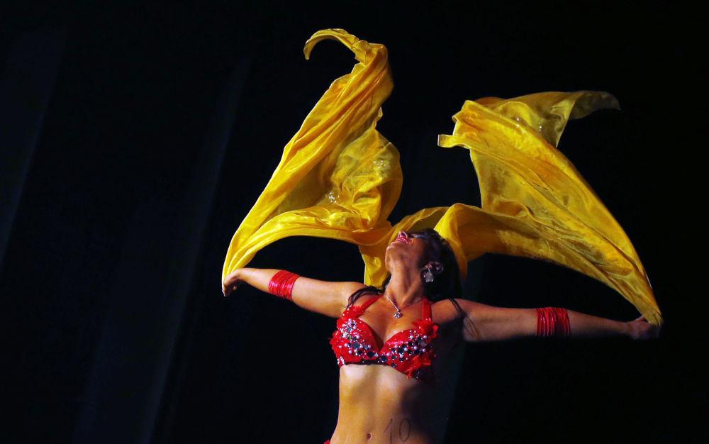 الراقصة ليا ليبينسكي خلال مسابقة للرقص الشرقي Miss Belly-Dance Hungary في بودابست، المجر
