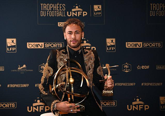 نيمار يستلم جائزة أفضل لاعب في الدوري الفرنسي