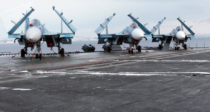 مقاتلة سو-33 متعددة المهام، على متن السفينة الحربية الأميرال كوزنيتسوف