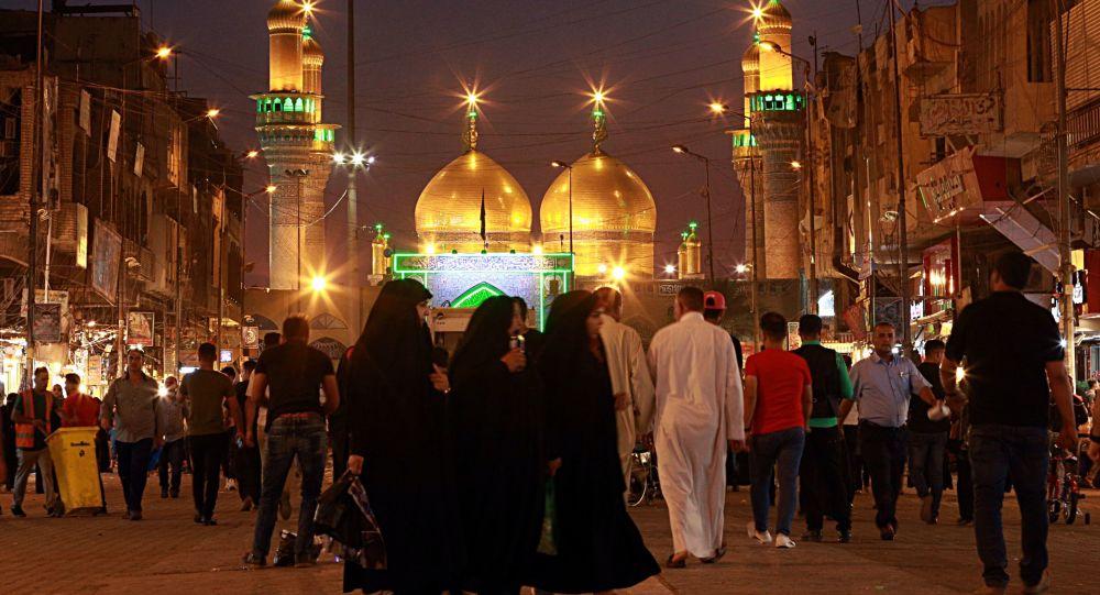 حشودات من الناس تتجمع عند قباب الذهبية للحضرة الكاظمية استعدادا ببدء شهر رمضان المبارك في بغداد، العراق 16 مايو/ أيار 2018