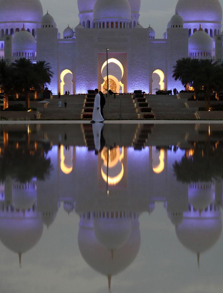 مشهد يطل على جامع الشيخ زايد الكبير استعدادا لصلاة التراويح في أول أيام شهر رمضان في أبو ظبي، الإمارات العربية المتحدة16مايو/ أيار 2018