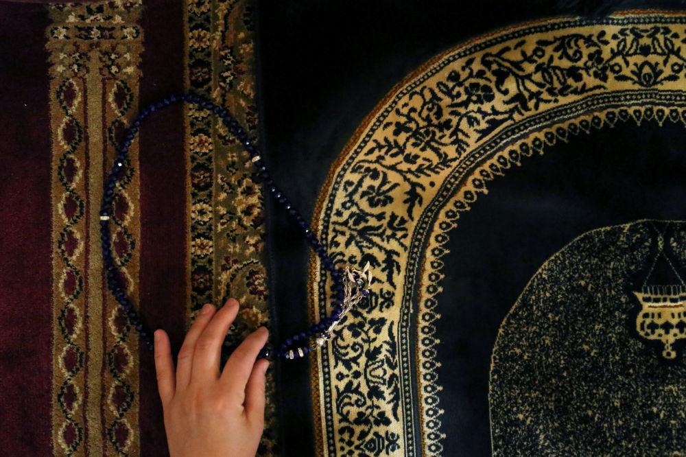 امرأة خلال الصلاة في مركز السلطان آيوب الثقافي في أول أيام شهر رمضان المبارك في نيويورك، الولايات المتحدة 16مايو/ أيار 2018