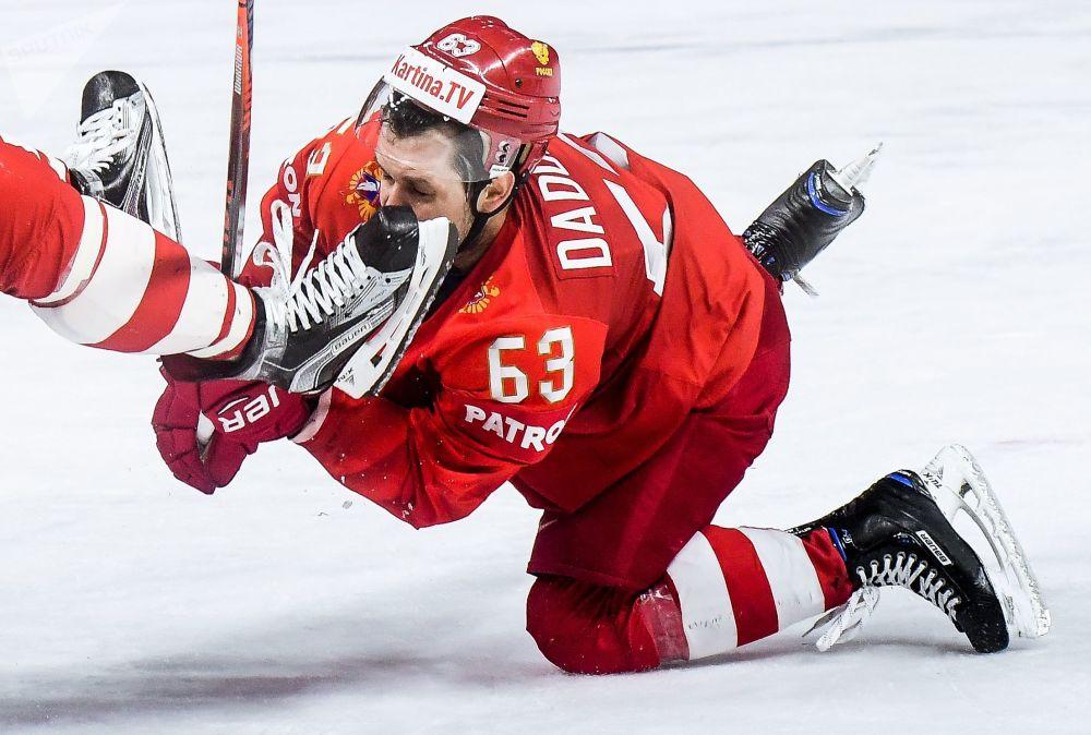 لاعب الهوكي الروسي يفغيني دادونوف خلال مباراة روسيا - سلوفاكيا في بطولة كأس العالم في الهوكي