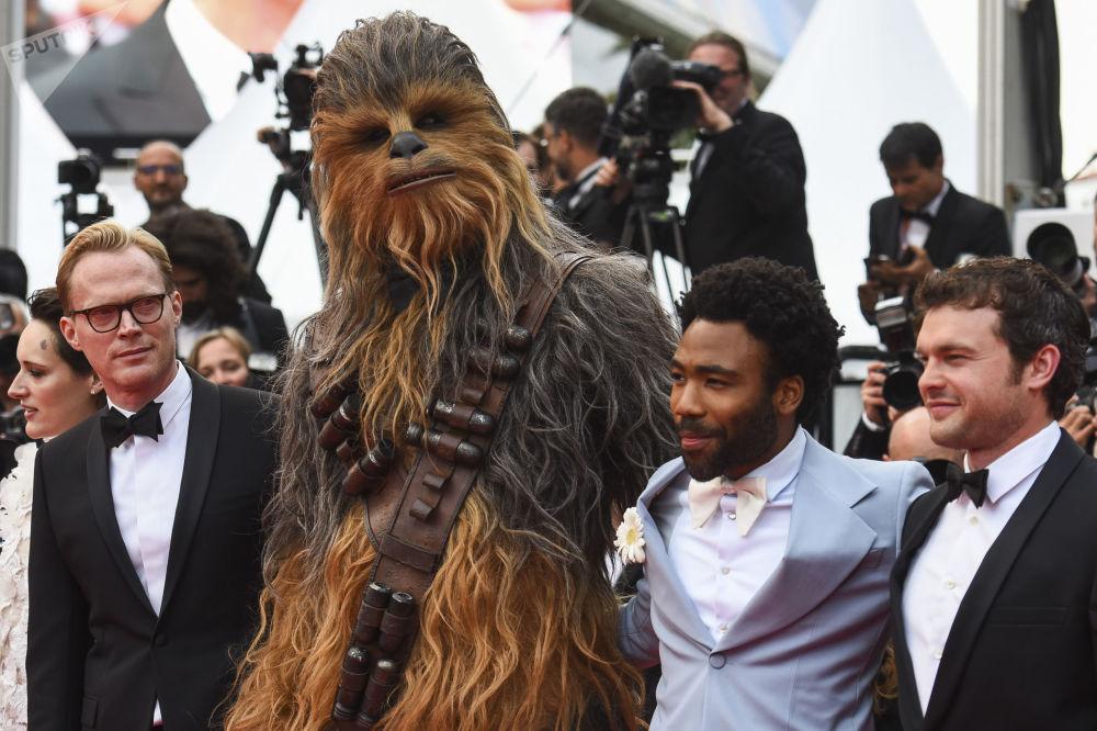 الممثلون ألدن إهرنريتش، دونالد غلوفر، شخصية فيلم Chewbacca والممثل Paul Bettany على السجادة الحمراء في العرض الأوروبي الأول لفيلم Solo: A Star Wars Story في إطار الدورة الـ 71 لمهرجان كان السينمائي