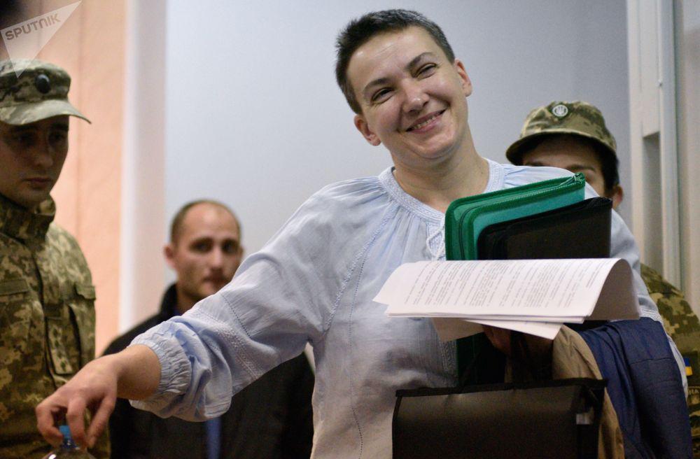 نائبة البرلمان الأوكراني ناديجدا سافتشينكو أثناء النظر في ملف تمديد فترة اعتقالها في محكمة مقاطعة شيفتشينكيفسكي بكييف