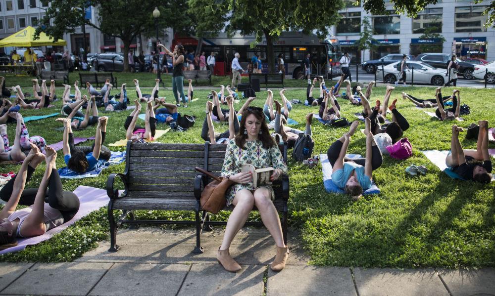 نشاء يمارسن اليوغا في حديقة بواشنطن، الولايات المتحدة 15 مايو/ أيار 2018