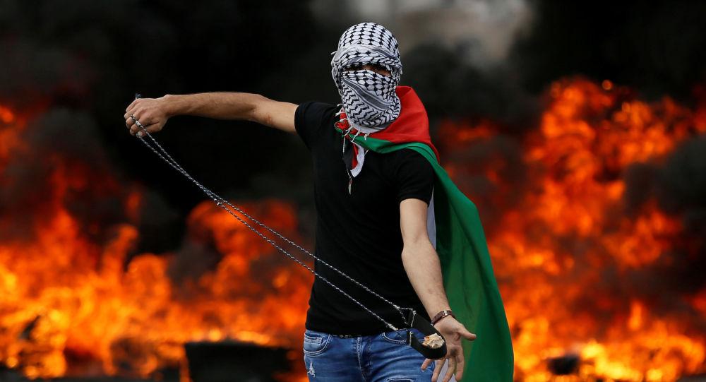 شاب فلسطيني خلال مسيرات العودة الكبرى واحياء الذكرى الـ70 للنكبة بالقرب من مستوطنة يهودية في بيت إيل، بالقرب من رام الله، الضفة الغربية 15 مايو/ أيار 2018