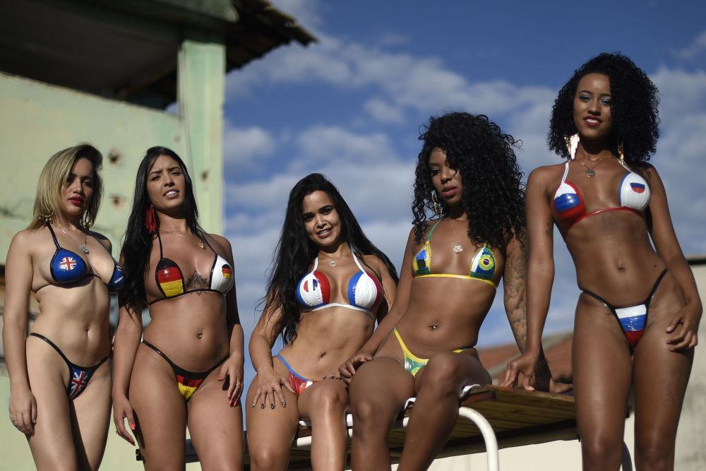 فتيات يرتدين البيكيني عليها أعلام الدول المشاركة في كأس العالم لكرة القدم في روسيا لعام 2018، البرازيل 16 مايو/ أيار 2018