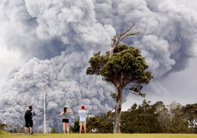 أشخاص يشاهدون ثوران البركان كيلاويا في جزر هاواي، الولايات المتحدة 15 مايو/ أيار 2018
