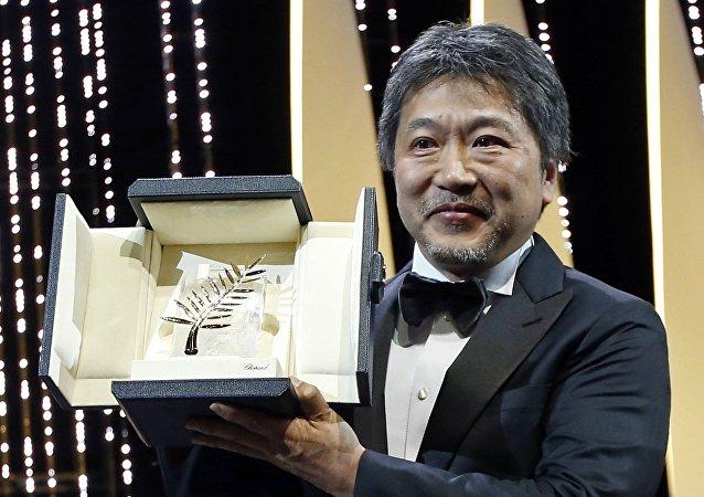 المخرج الياباني هيروكازو كوري-إيدا يحمل جائزة السعفة الذهبية في ختام مهرجان كان السينمائي الدولى الـ 71، 19 مايو/أيار 2018