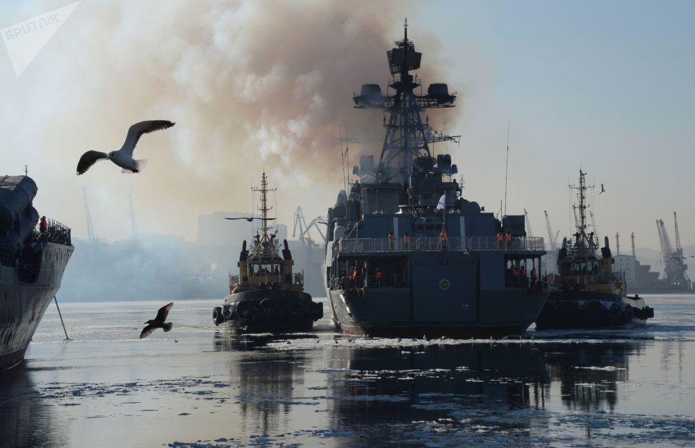 سفينة مضادة للغواصات الأميرال تريبوتس خلال عملية الإرساء في فلاديفوستوك