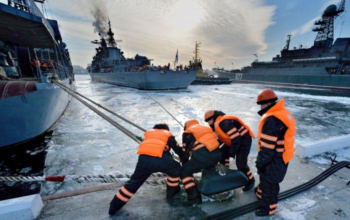 رسو المدمرات الحربية في ميناء فلاديفوستوك عقب وصولها بعد تنفيذ مهام قتالية في المحيط الهادئ والمحيط الهندي