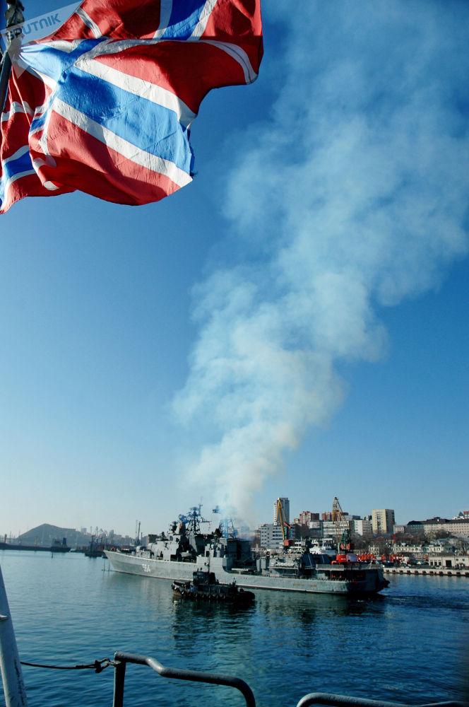 سفينة الأميرال تريبوتس، التابعة لأسطول المحيط الهادئ، تغادر خليج القرن الذهبي متوجهة إلى منطقة القرن الأفريقي للقيام بمهام ضمان سلامة الملاحة