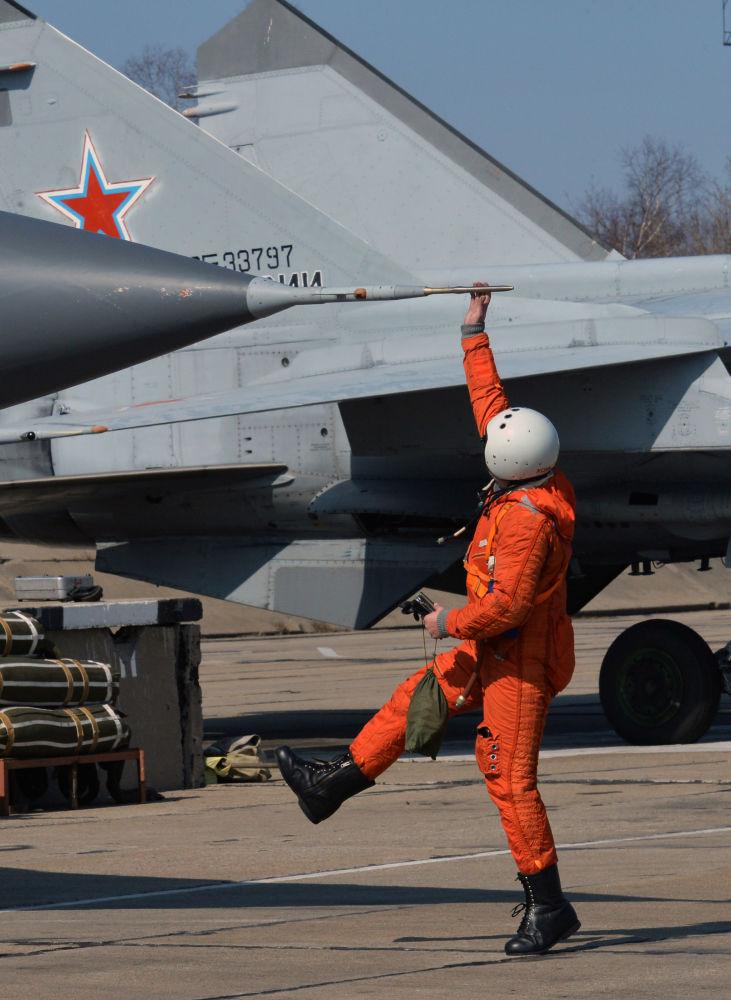 إعداد المقاتلة الاعتراضية ميغ-31، الأسرع من الصوت والمستعدة لتنفيذ المهام في جميع الأحوال الجوية، للرحلة في قاعدة كامتشاتكا الجوية التابعة للطيران البحري لأسطول المحيط الهادئ في إقليم بريمورسكي