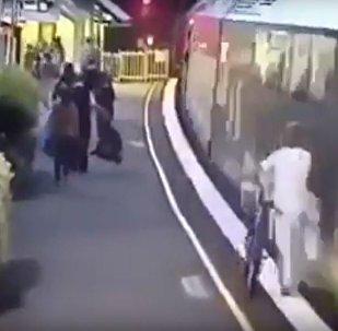سقوط مروع لامرأة تحت عجلات قطار