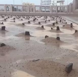 تحول مقبرة إلى شبه بحيرة في السعودية