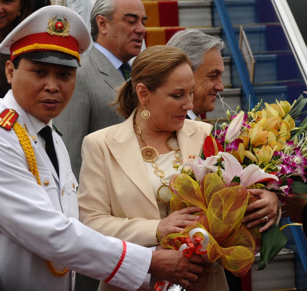 استقبال الرئيس التشيلي سيباستيان بينيرا إيتشنيك وزوجته  بباقات من الأزهار لدي وصولهما إلى مطار هانوي، فيتنام 21 مارس/ آذار 2012