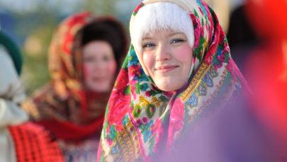 إحدى المشاركات في مهرجان فيرخوتورسكي للأزياء في معرض لأعياد عيد الميلاد