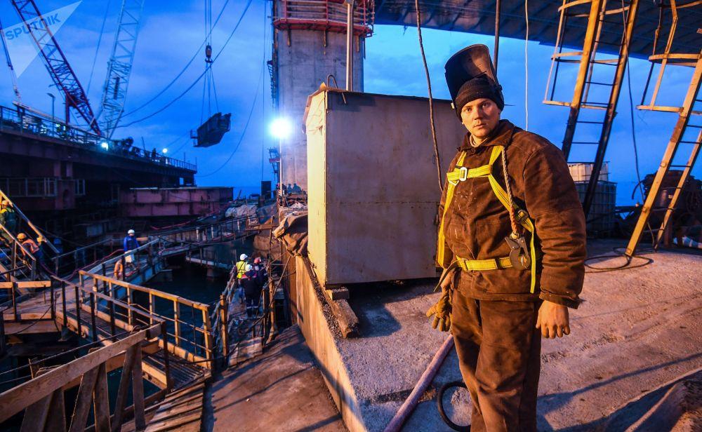 عامل في بناء جسر القرم في مضيق كيرتش
