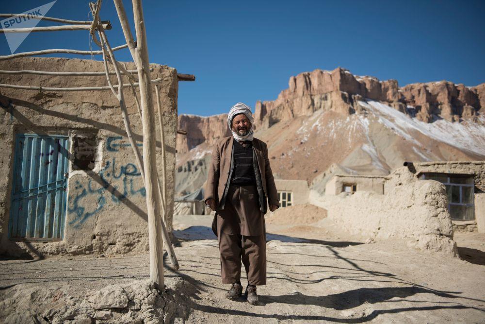 رجل في حديقة بند-أمير الوطنية في مقاطعة باميان في أفغانستان