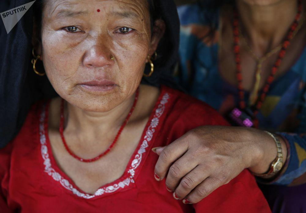 سكان قرية ساورباني بمنطقة غوركا، التي تقع في مركز الزلزال