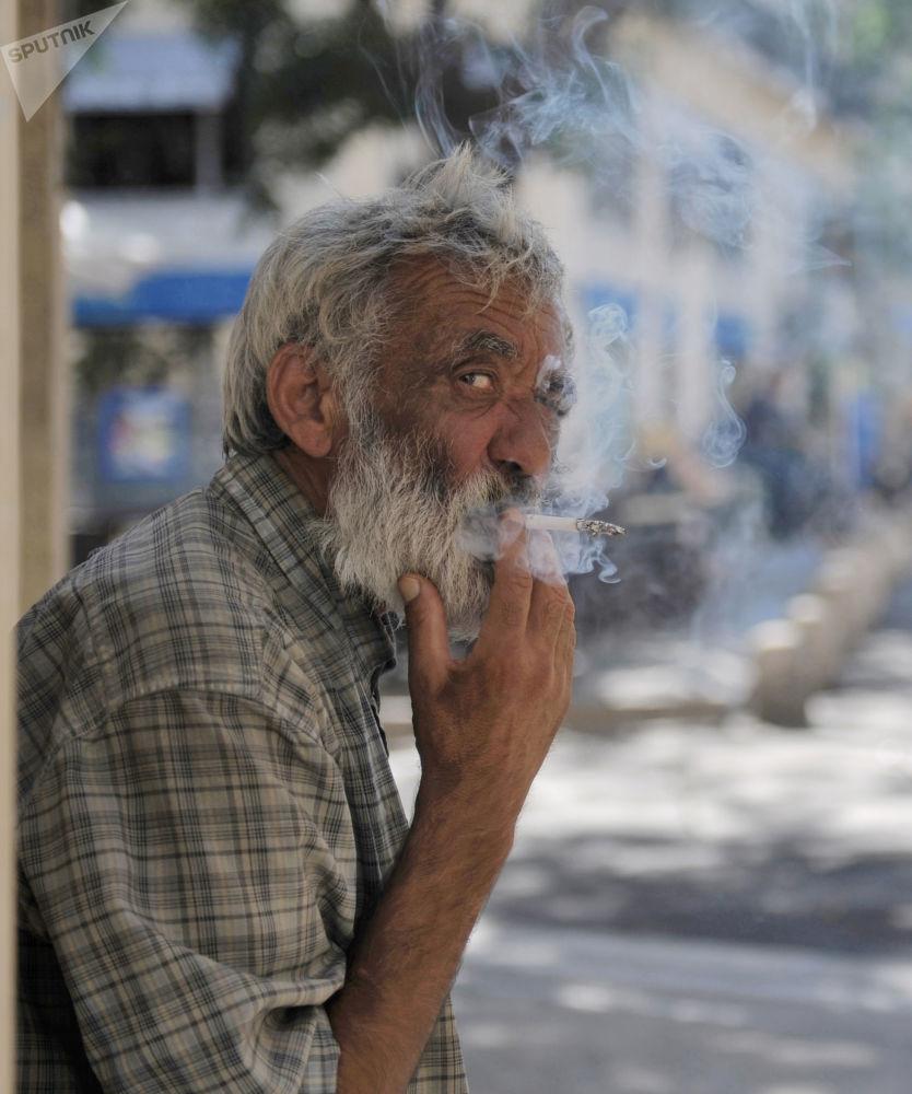 أحد سكان مدينة مونبلييه في فرنسا يدخن في أحد شوارع المدينة