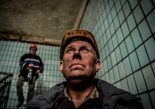 عمال المناجم بعد الانتهاء من العمل في منجم تشيليوسكينتسيف في دونيتسك