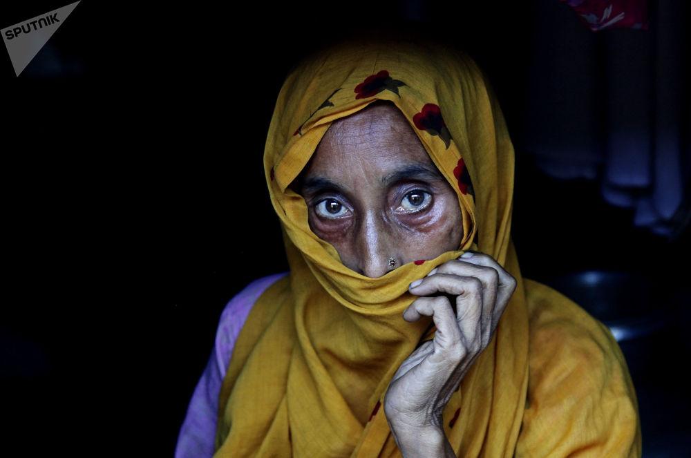 امرأة من لاجئي روهينغيا في معسكر كوتوبالونغ على الحدود بين ميانمار وبنغلاديش