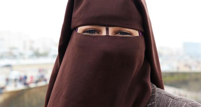 فتاة ترتدي النقاب في الساحة أمام مسجد الحسن الثاني في الدار البيضاء