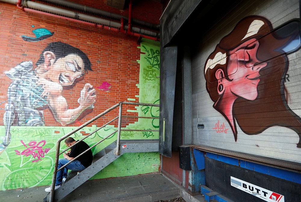 رسم غرافيتي على جدران مصنع قديم لصنع السجائر، كجزء من مهرجان برلين للجداريات 2018 الأول من نوعه، حيث يقوم الفنانون المدنيون المحليون والدوليون بإنشاء معرض كبير في الهواء الطلق لإثراء المساحات الحضرية في برلين، ألمانيا  21 مايو/ أيار 2018
