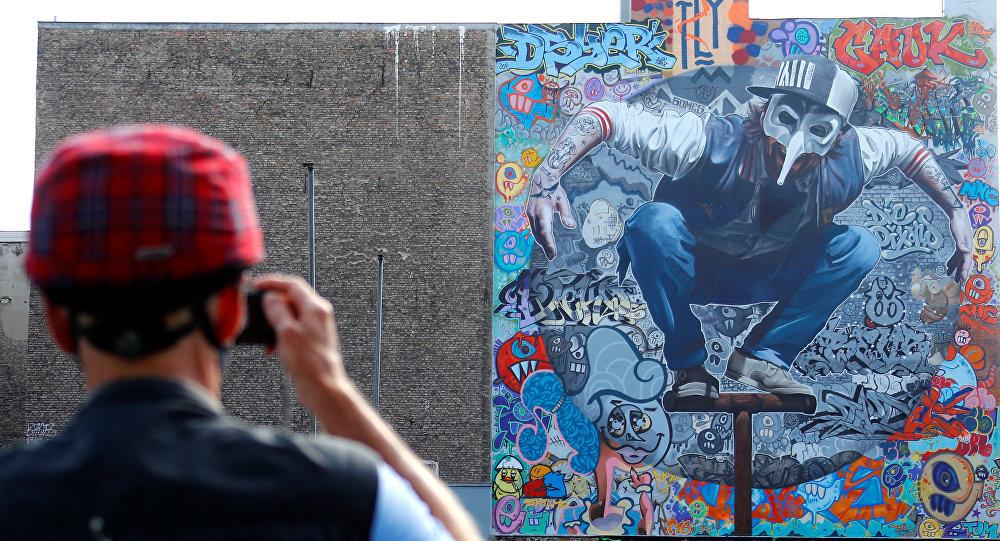 جدارية للفنان كولابو واند (Kollabo Wand) كجزء من مهرجان برلين للجداريات 2018 الأول من نوعه، حيث يقوم الفنانون المدنيون المحليون والدوليون بإنشاء معرض كبير في الهواء الطلق لإثراء المساحات الحضرية في برلين، ألمانيا  21 مايو/ أيار 2018