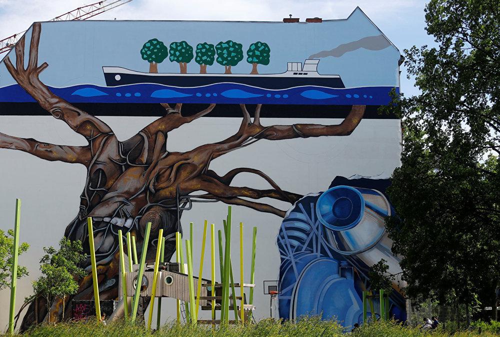تم تصوير العمل الفني Lebensbaum (شجرة الحياة) للفنان بين وارغين كجزء من مهرجان برلين للجداريات 2018 الأول من نوعه، حيث يقوم الفنانون المدنيون المحليون والدوليون بإنشاء معرض كبير في الهواء الطلق لإثراء المساحات الحضرية في برلين، ألمانيا  21 مايو/ أيار 2018