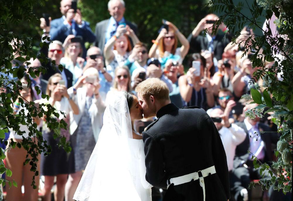 قبلة الأمير هاري لميغان ماركل على مدخل كنيسة القدي جورج في ويندسور كاست، بريطانيا 19 مايو/ أيار 2018