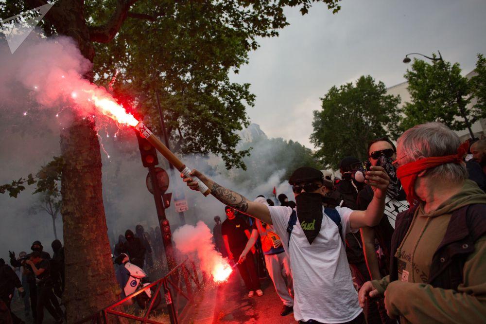 المشاركون في مظاهرات احتجاجا على سياسات الرئيس إيمانويل ماكرون المتعلقة بإصلاح القطاع العام في باريس، 22 مايو/ أيار 2018