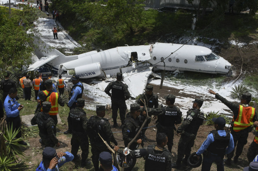 أفراد شرطة طوارئ يتفقدون موقع الحادث، بعد أن انفجرت طائرة على المدرج في مطار تونكونتين الدولي، هندوراس في 22 مايو/ أيار 2018