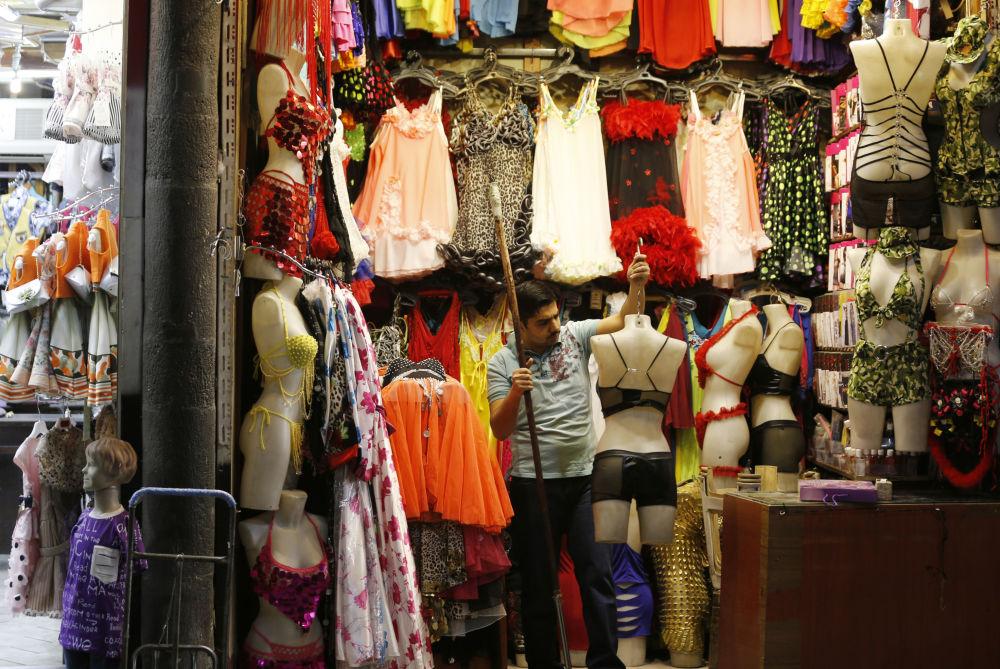 تاجر يبيع الملابس الداخلية النسائية في مدينة دمشق القديمة في 22 مايو/ أيار 2018