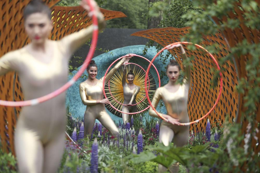 أداء الراقصين في حديقة ديفيد هاربر وسافيليز في صالون لندن تشيلسي، 22 مايو/ أيار 2018