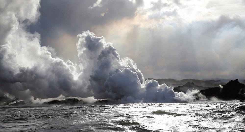 تدفق الحمم البركانية من بركان كيلاويا في جزيرة هاواي إلى المحيط الهادي