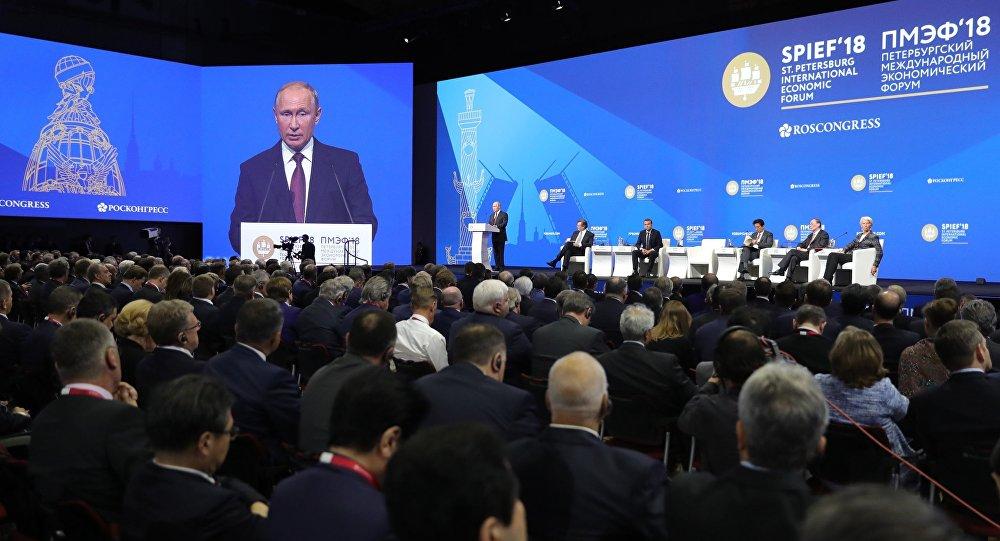 الجلسة العامة لمنتدى سان بطرسبورغ لكل من الرئيس الروسي فلاديمير بوتين والرئيس الفرنسي إيمانويل ماكرون ورئيس الوزراء الياباني شينزو آبي، بالاضافة إلى المديرة التنفيذية لصندوق النقد الدولي كرستين لاغارد، 25 مايو/ أيار 2018