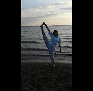 شاهد ماذا حصل لفتاة تمارس الرياضة على شاطئ البحر