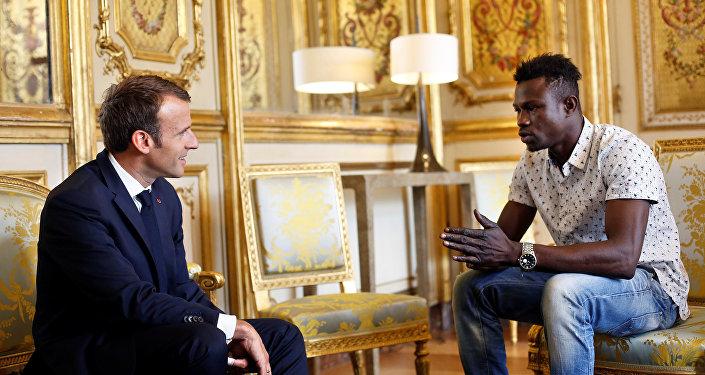 ماكرون يقرر منح الجنسية الفرنسية لمواطن مالي أنقذ طفلاً من الموت في باريس