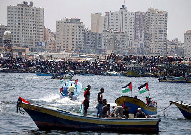 قوارب ترافق السفينة التي تنوي كسر الحصار على غزة