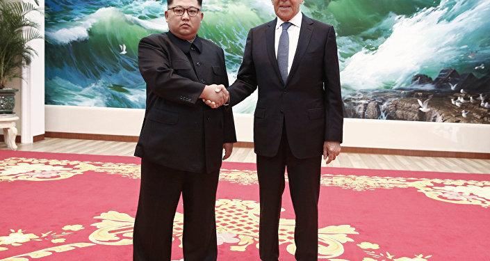 وزير الخارجية الروسي سيرغي لافروف، أثناء زيارته إلى بيونغ يانغ، مع زعيم كوريا الشمالية كيم جونغ أون