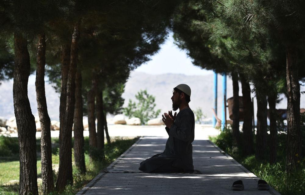 رجل أفغاني يصلي في منطقة وزير أكبر خان في كابول، أفاغنستان 30 مايو/ أيار 2018